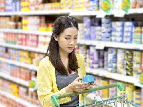 So sánh giá cả và chất lượng các mặt hàng cùng loại giúp tiết kiệm tiền khi đi siêu thị